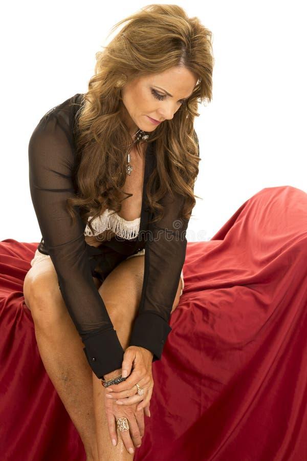 La camicia pura della donna aperta si siede lo sguardo giù fotografie stock