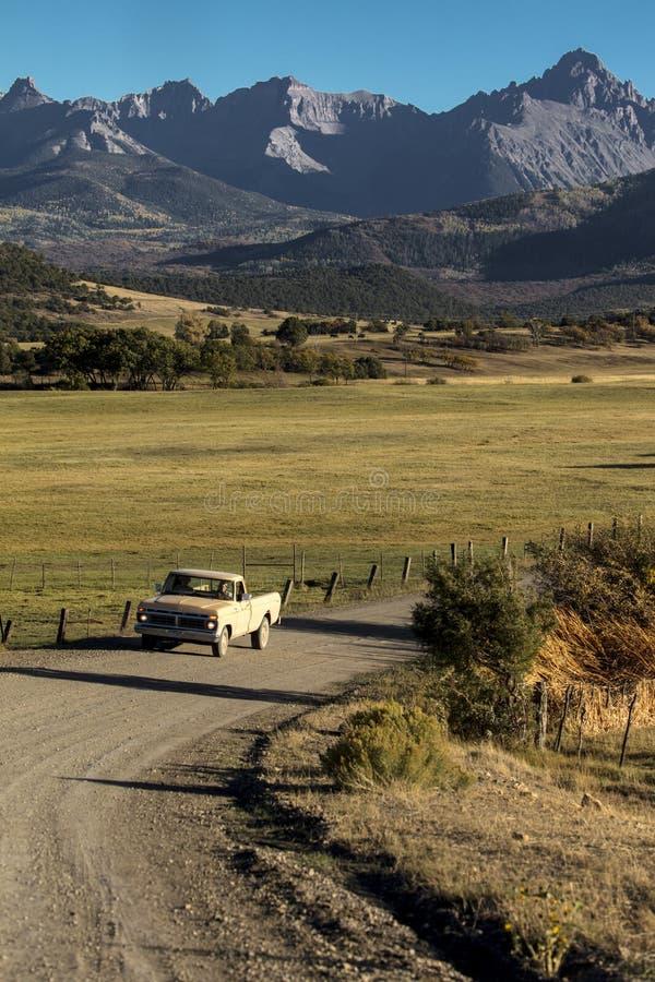 La camioneta pickup conduce el camino 24 del condado cerca de la mirada de Ridgway Colorado imagen de archivo