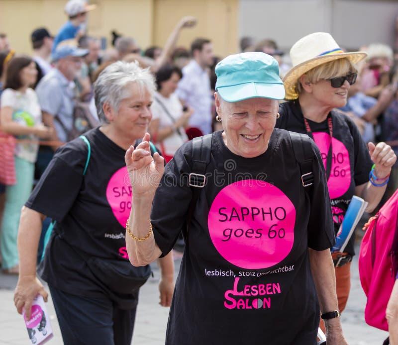 2018: La camiseta que lleva 'Sappho de una más vieja mujer va 60' asistiendo al desfile de Gay Pride también conocido como CDS de fotos de archivo