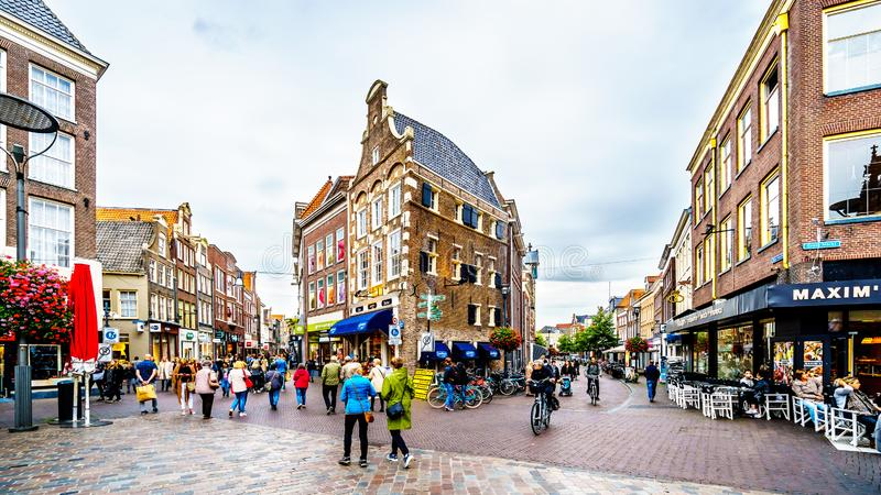 La camminata, il ciclismo e andar in giroe della gente al quadrato del centro, hanno nominato Grote Plein in Zwolle immagine stock