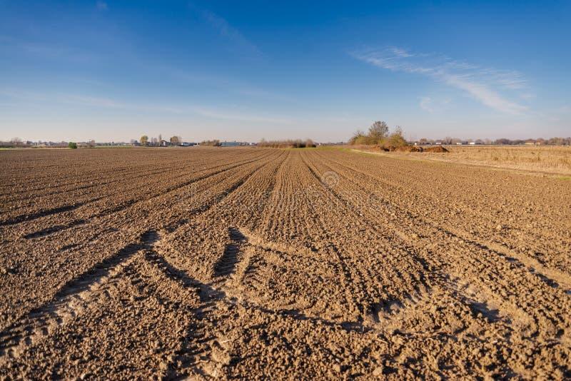 La campagna rurale italiana ha arato il terreno agricolo fotografie stock libere da diritti