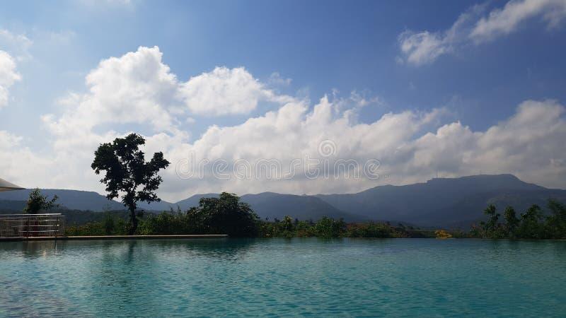La campagne au bord de la piscine photo stock