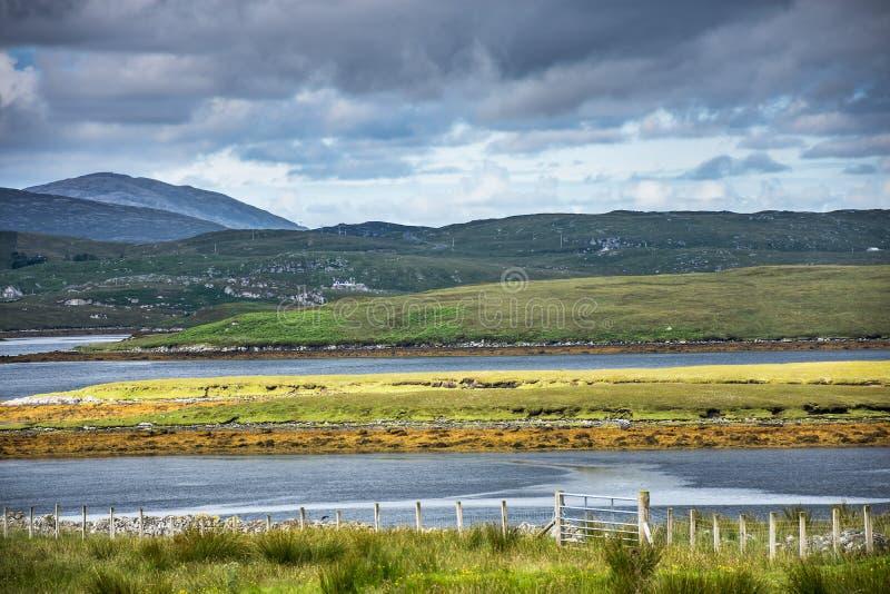 La campagne colorée écossaise typique, avec des lochs, amarre, les collines et le temps dramatique photo stock