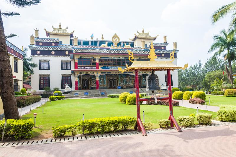 La campana del templo cerca de la entrada al monasterio de Namdroling Nyingmapa fotografía de archivo libre de regalías