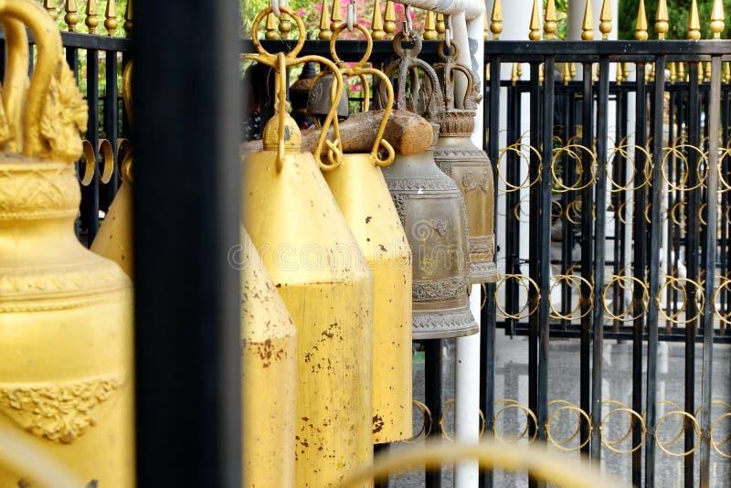 La campana ha appeso accanto alla chiesa immagine stock