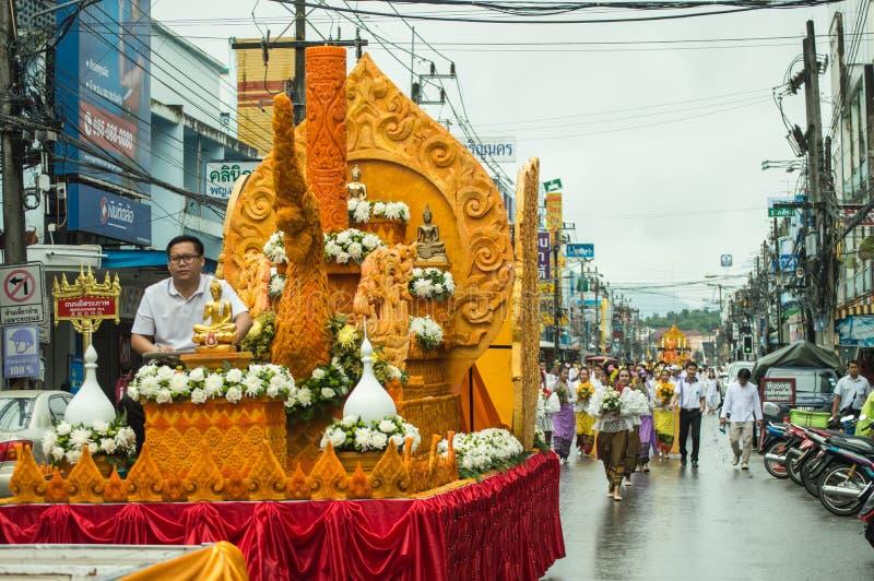 La candela della cera d'api e l'immagine ornately scolpite di Buddha hanno sfoggiato intorno alla città di Chiang Rai immagine stock