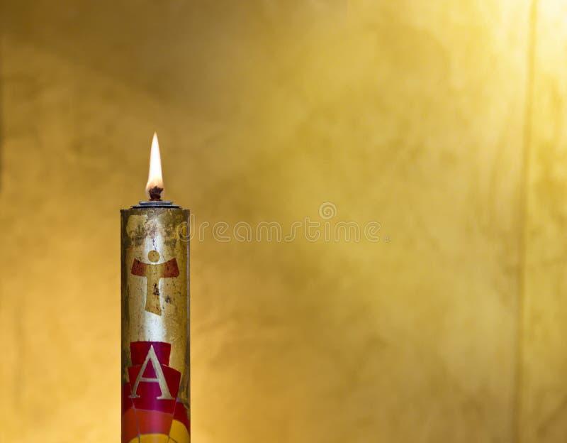 La candela di Pasqua accoglie favorevolmente la luce dello Spirito Santo fotografia stock libera da diritti