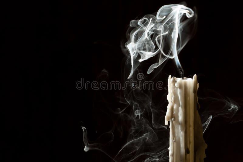 La candela scarica con fumo fotografia stock libera da diritti