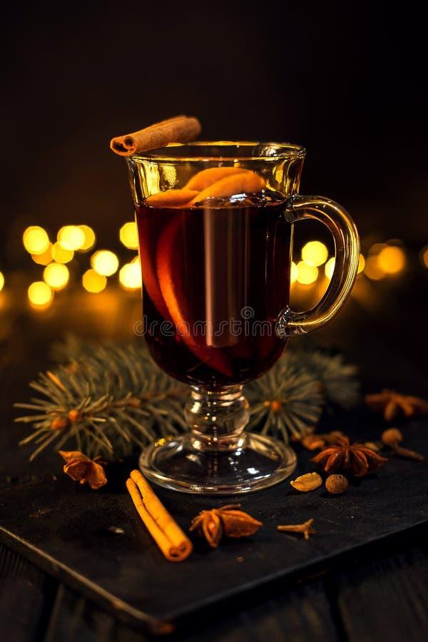 La cannelle se situe en verre, verre de plan rapproché de vin chaud avec l'orange et cannelle photographie stock