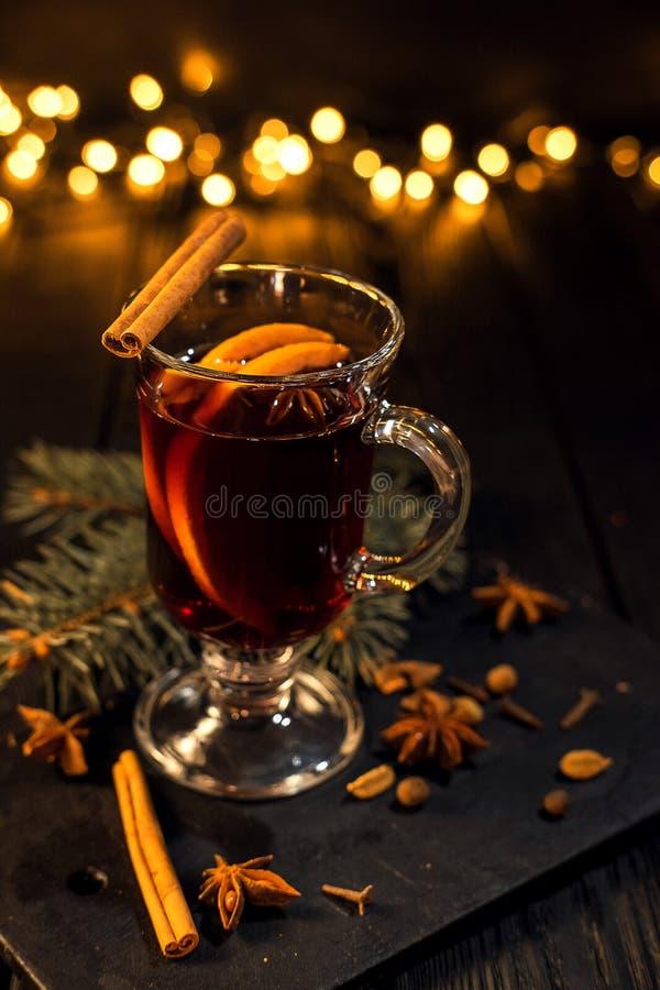 La cannelle se situe en verre, verre de plan rapproché de vin chaud avec l'orange et cannelle images stock