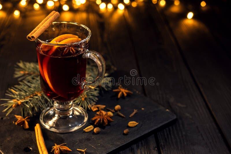 La cannelle se situe en verre, verre de plan rapproché de vin chaud avec l'orange et cannelle photographie stock libre de droits
