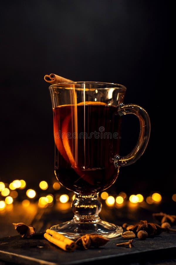 La cannelle se situe en verre, verre de plan rapproché de vin chaud avec l'orange et cannelle photo libre de droits