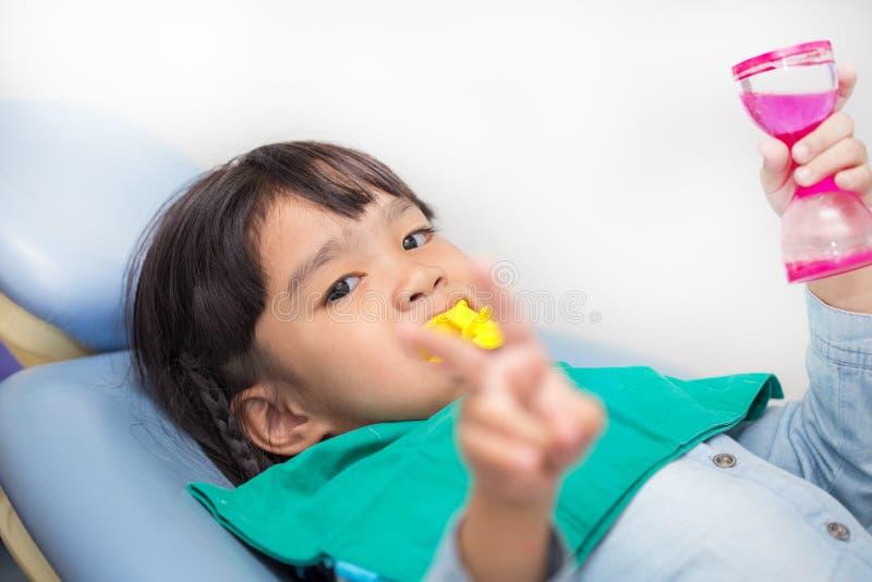 La capa del fluoruro en niños foto de archivo libre de regalías