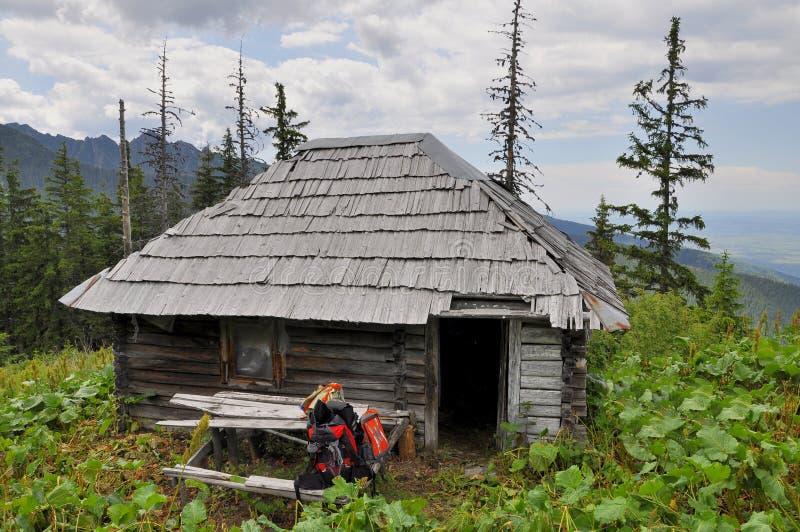 La capanna del cacciatore anziano nei Carpathians immagini stock