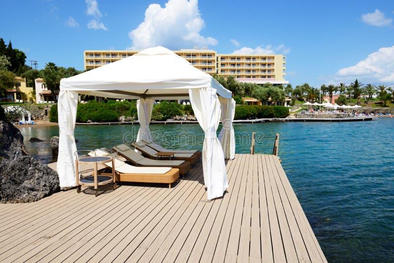 La capanna vicino alla spiaggia all'albergo di lusso immagine stock