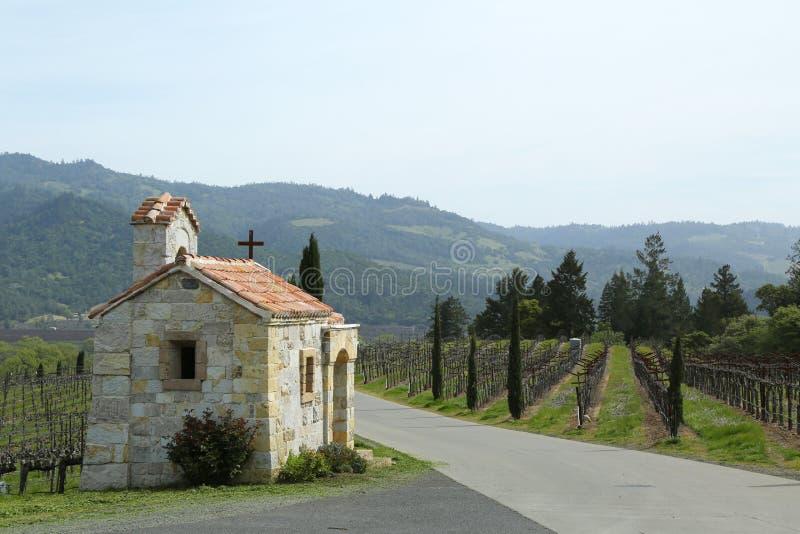 La capilla al lado del viñedo en Napa Valley, California imagenes de archivo