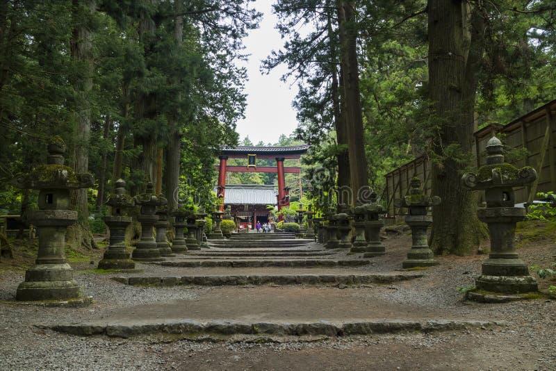 La capilla de Fujiyoshida Sengen por un acercamiento largo alineó por las linternas de piedra imagen de archivo