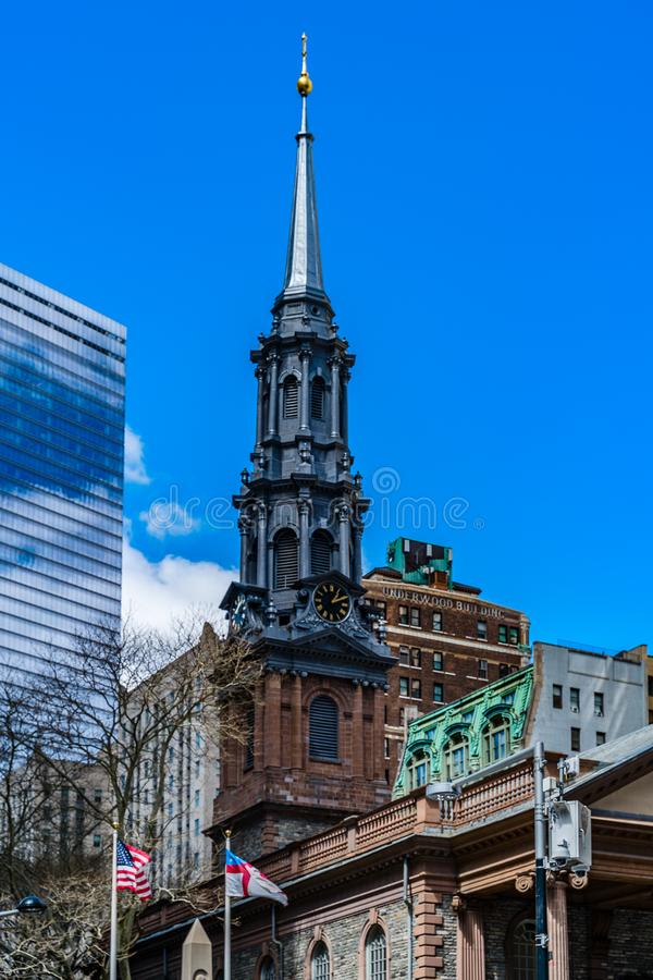 La capilla de San Pablo de la iglesia de la trinidad Wall Street en el fondo es siete World Trade Center con las nubes reflej? en foto de archivo