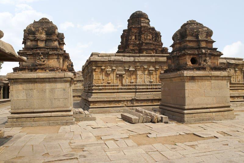 La capilla de Subrahmanya a la izquierda, el lugar sagrado principal en el centro y otra capilla en el lado izquierdo, Krishna Te imagenes de archivo