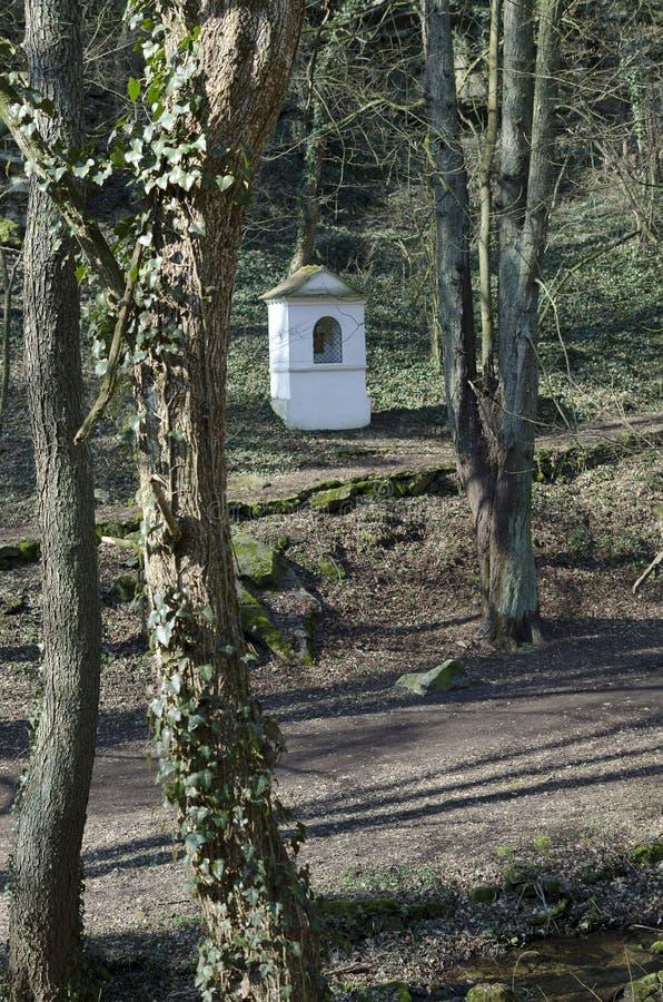 La capilla en el bosque en la ladera fotos de archivo libres de regalías