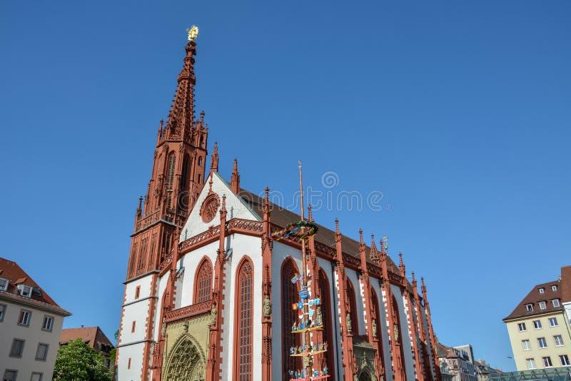 La capilla roja icónica de Marien en la plaza del mercado en Wurzburg o fotos de archivo