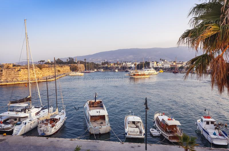 La capital de la isla de Kos, de Grecia, de la vista de la ciudad y de m foto de archivo libre de regalías