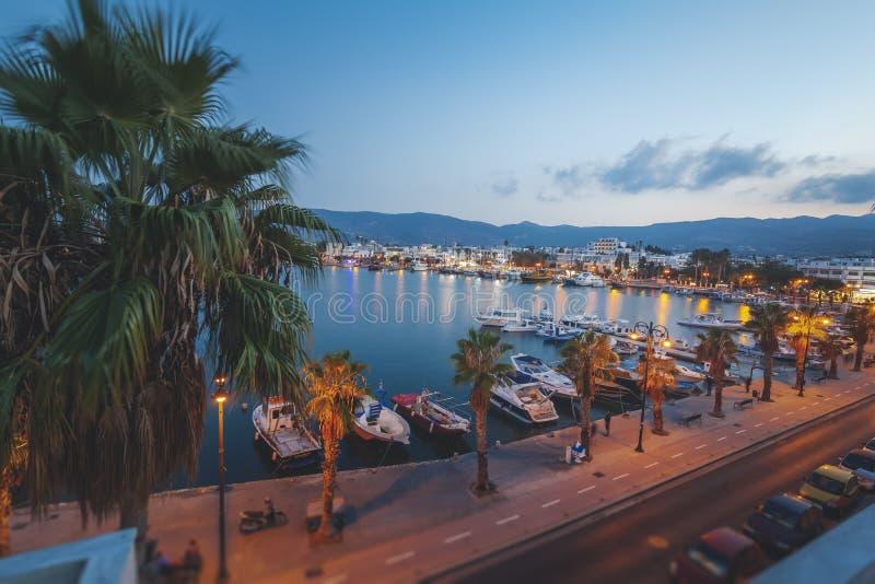 La capitale dell'isola di Kos, della Grecia, della vista della città e della m. fotografie stock