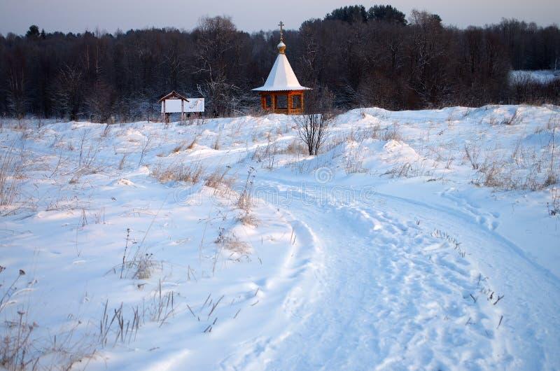 La cappella con una fonte nominata Tsaritsyn digita la Carelia immagini stock