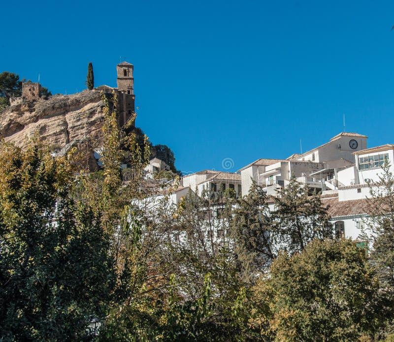 La cappella in Montefrio che affronta le costruzioni bianche qui sotto immagini stock libere da diritti