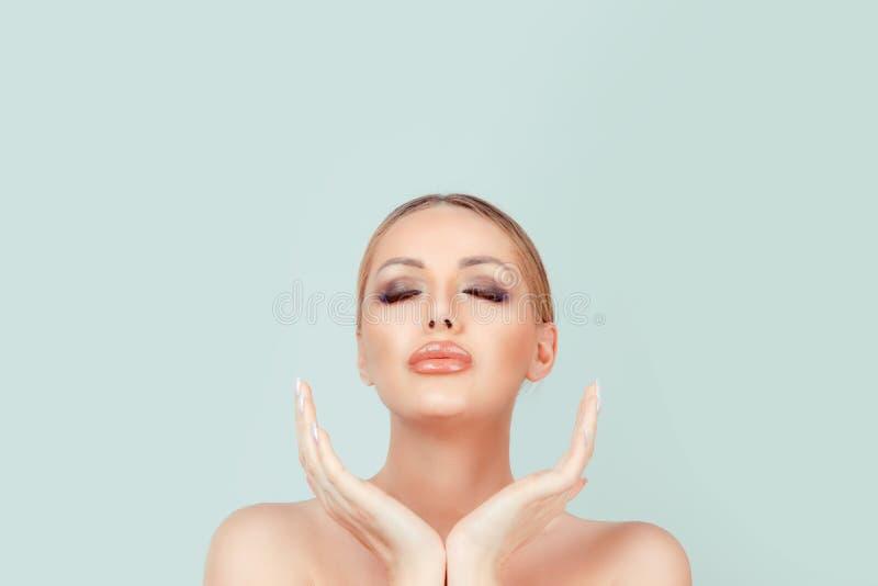 La cara de la belleza de la mujer observa cerrado - en blanco imágenes de archivo libres de regalías