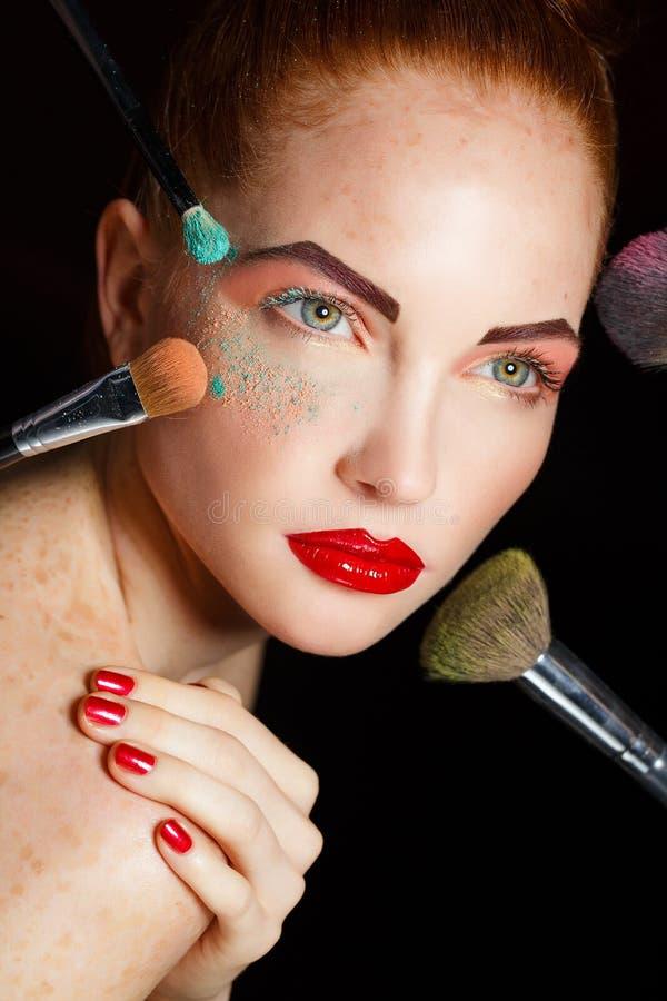 La cara de la muchacha hermosa de la moda. Maquillaje. Maquillaje y manicura. Esmalte de uñas. Piel y clavos de la belleza. Salón  imagen de archivo libre de regalías