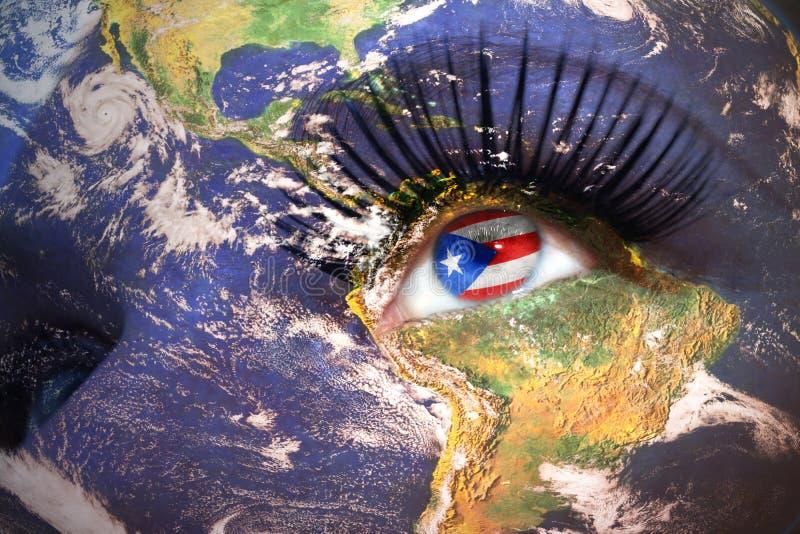 La cara de la mujer con textura de la tierra del planeta y bandera de Puerto Rico dentro del ojo fotos de archivo