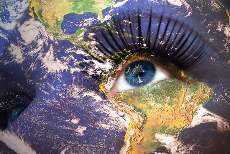 La cara de la mujer con textura de la tierra del planeta y Carolina del Sur indican la bandera dentro del ojo imágenes de archivo libres de regalías