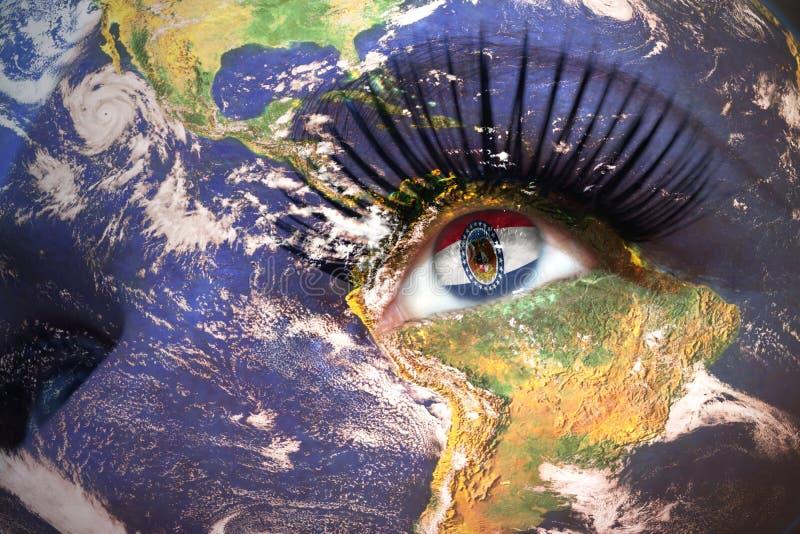 La cara de la mujer con textura de la tierra del planeta y Missouri indican la bandera dentro del ojo fotografía de archivo