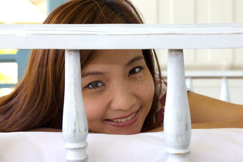La cara de la mujer de la felicidad del primer en daybed en el balcón fotos de archivo libres de regalías