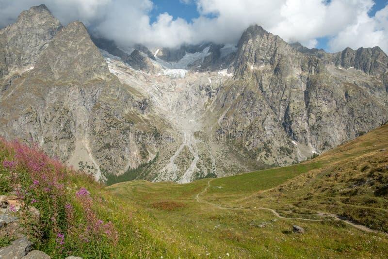 La cara de Mont Blanc rastro y del du del sur Mont Blanc del viaje imagen de archivo