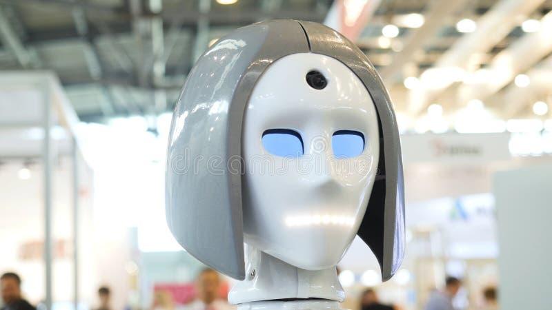 La cara de la mujer en un robot de alta tecnología media Robot de alta tecnología en la exposición Robótico de un ser humano como foto de archivo