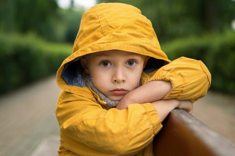 La cara de un triste, niño pequeño, con los ojos hermosos grandes imagenes de archivo