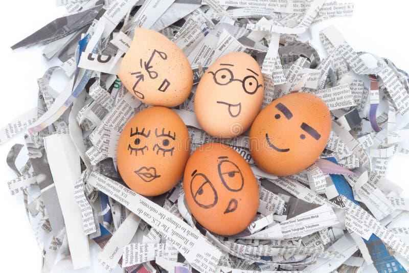 la cara del huevo en los periódicos recicla fotografía de archivo libre de regalías