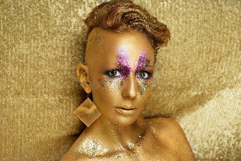 La cara del oro de la mujer compone imagen de archivo libre de regalías