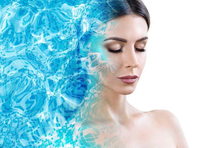 La cara femenina aparece de la ondulación de la piscina de agua azul fotos de archivo
