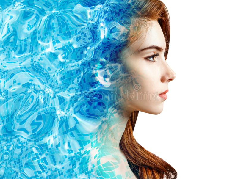 La cara femenina aparece de la ondulación de la piscina de agua azul imágenes de archivo libres de regalías
