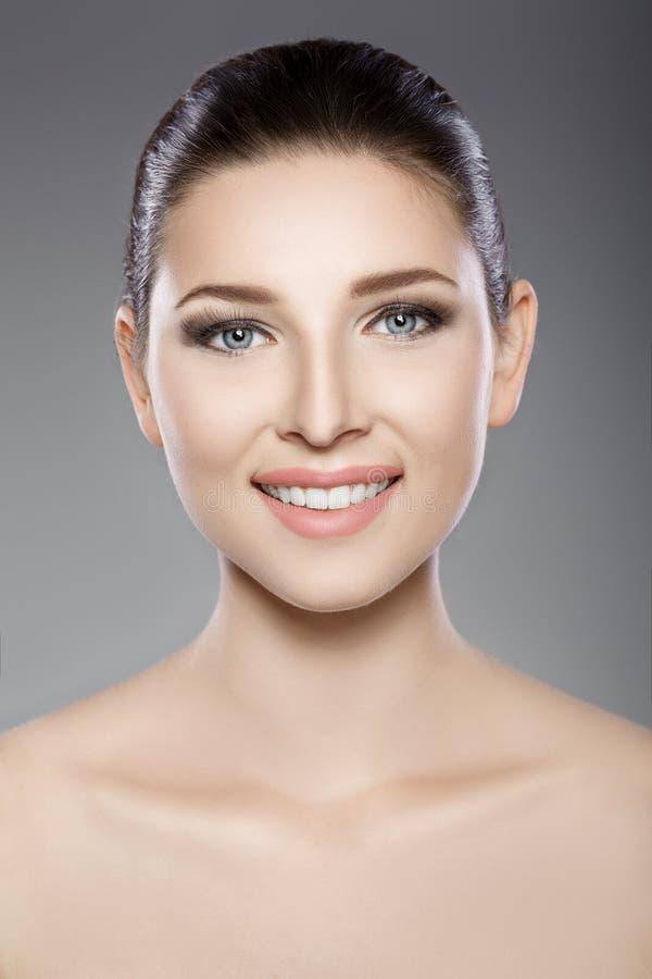 La cara hermosa de la mujer con los ojos azules y limpia la piel fresca Retrato del balneario imagen de archivo