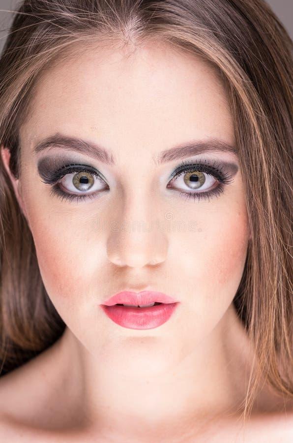 La cara magnífica de la mujer joven con maquillaje imagenes de archivo