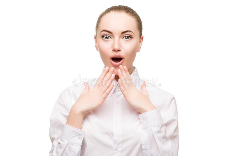 La cara sorprendida de la mujer, expresión grande observa a la muchacha de la belleza en negocio foto de archivo libre de regalías