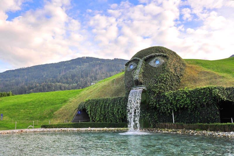 La caractéristique géante de visage et d'eau, marquant l'entrée à Swarovski Crystal World photographie stock