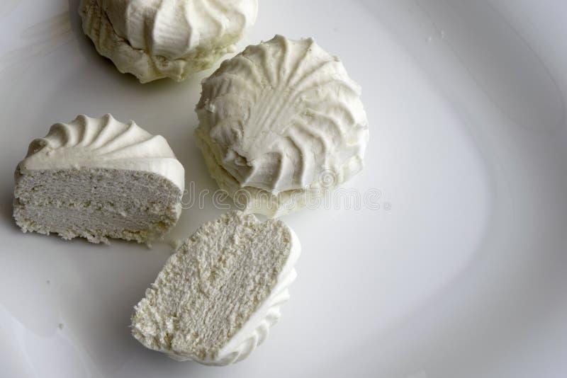 La caramella gommosa e molle bianca fresca si trova sul piatto bianco immagini stock