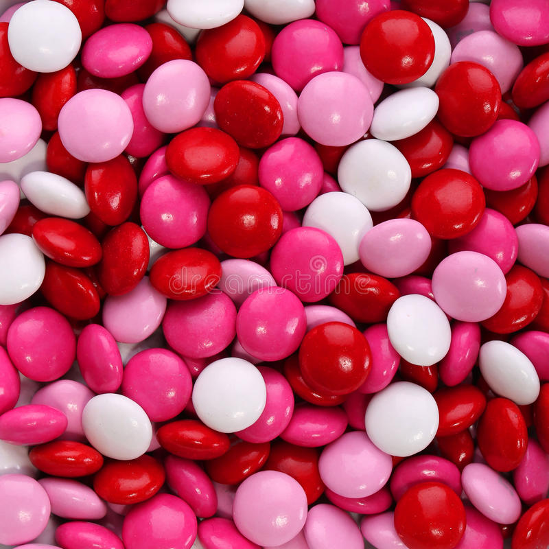 La caramella variopinta del biglietto di S. Valentino del cioccolato ha ricoperto nel rosa, rosso fotografia stock libera da diritti