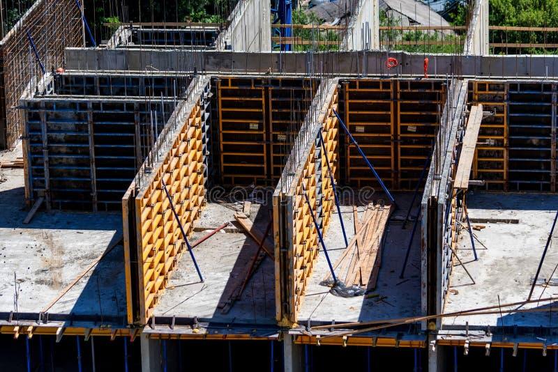 La carcassa di nuovo edificio residenziale in costruzione ha fatto di forma fisica immagini stock