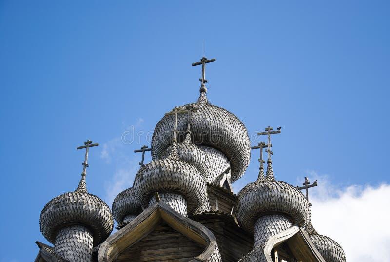 La Carelia, Kizhi, Russia - agosto 2015: Architettura di legno russa del nord - museo all'aperto Kizhi, fotografia stock